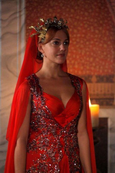 Nora se duce la Mustafa sa-si petreaca noaptea impreuna, acesta ii ...