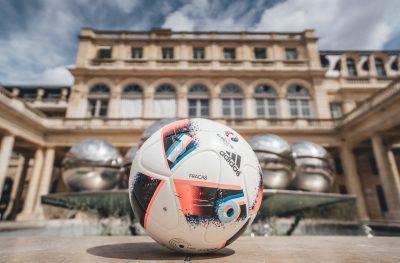 """Zinedine Zidane premiază starurile adidas din seria """"Firsts"""" în timpul finalelor UEFA EURO 2016TM"""