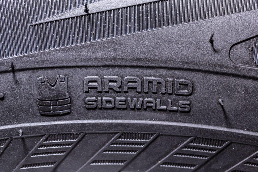 Flancurile ranforsate cu aramidă asigură un scut eficient împotrivă deteriorării anvelopelor și oferă protecție sporită în condiții de drum solicitante