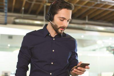 Angajaţii din generaţia Millennials se plâng de mediile de lucru zgomotoase?  Plantronics are o soluţie: gama Voyager Focus UC