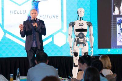 Robotul umanoid InMoov se întâlnește cu vizitatorii Bucharest Technology Week