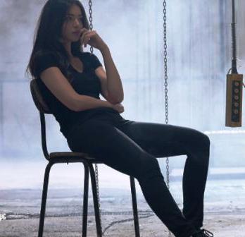 Kara-Sevda-74.bölüm-kıyafetleri-Asu-siyah-tişört-siyah-ayakkabı-ve-siyah-pantolon