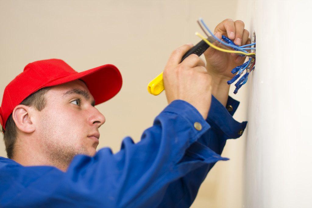 Ce trebuie sa stiti cand angajati un instalator sau un electrician