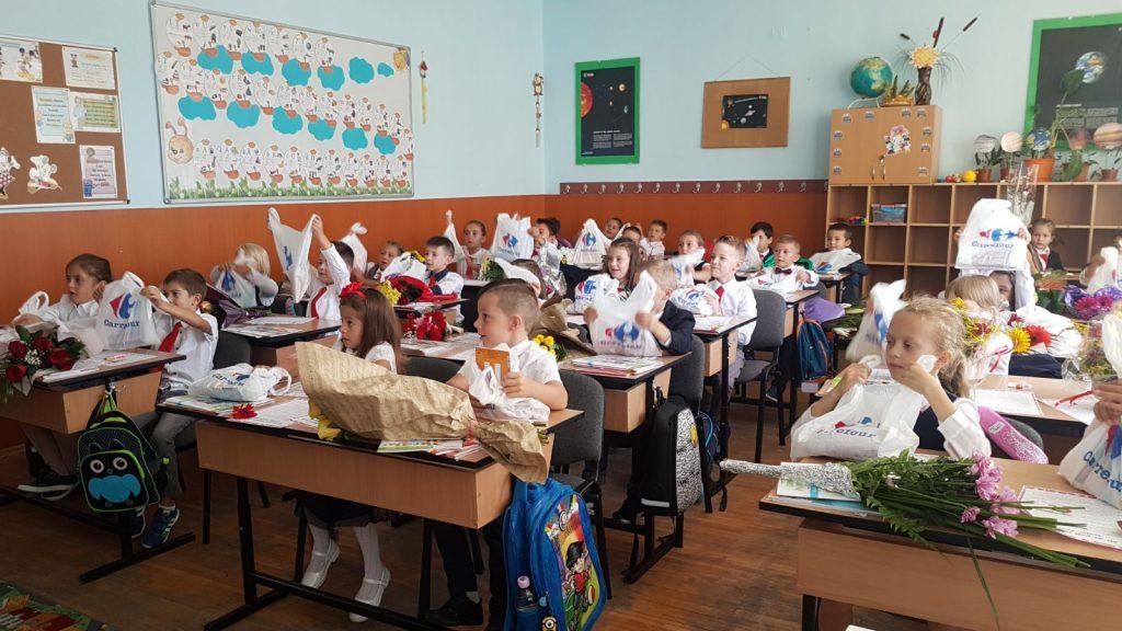 Carrefour intampina elevii din clasa 1 cu peste 46.000 de pachete cu rechizite si ghiozdane, prin Operatiunea Ghiozdanul