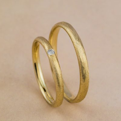 Cum sa curatati in siguranta un inel sau o verigheta cu diamante acasa