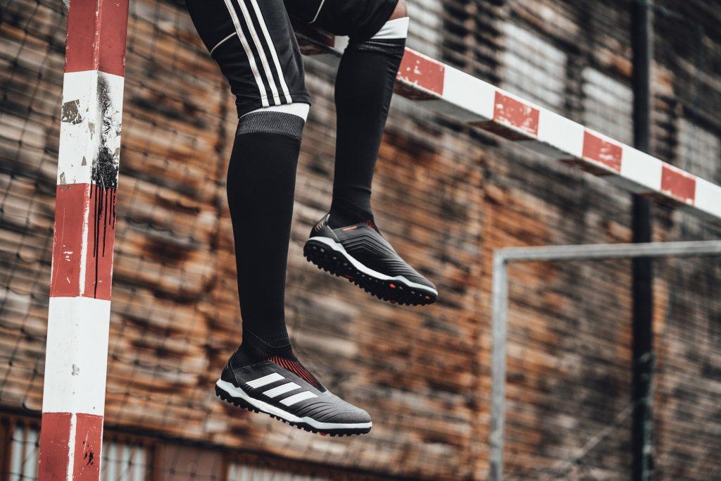 adidas Fotbal lansează noul Predator 18+ 360 Control  –Noul model este disponibil în cadrul colecției Skystalker cu versiuni pentru stadion, teren sintetic și stradă –  –Inovațiile includ configurația hibrid a crampoanelor și noul CONTROLSKIN–  –Pantoful urmează să fie purtat pe teren începând de astăzi de jucători celebri precum Paul Pogba, Ivan Rakitic, Dele Alli și Mesut Ozil –