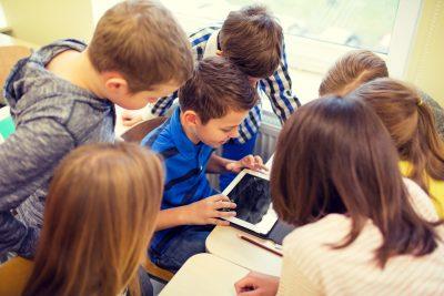 "150 de copii din zona rurala beneficiaza de dotari noi cu echipamente IT, mobilier si rechizite, in cinci centre ""Scoala dupa Scoala""  •Centrele se afla in judetele Valcea, Dolj, Ialomita, Cluj si Vaslui"