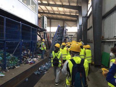 Copiii de la o scoala generala au vizitat statia de sortare din cadrul depozitului ecologic de la Iridex Chiajna