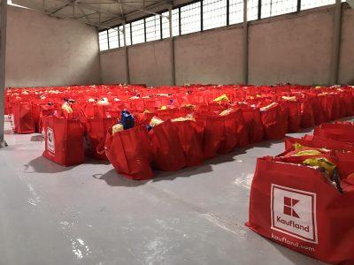Kaufland România și sute de voluntari au donat 15 tone de produse copiilor și bătrânilor din satele izolate de munte